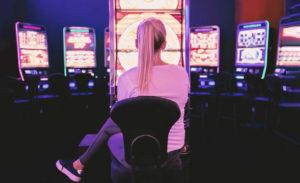 Güvenilir bahis sitesi nasıl seçiliyor casino da slot makinesi seçen sarışın kız